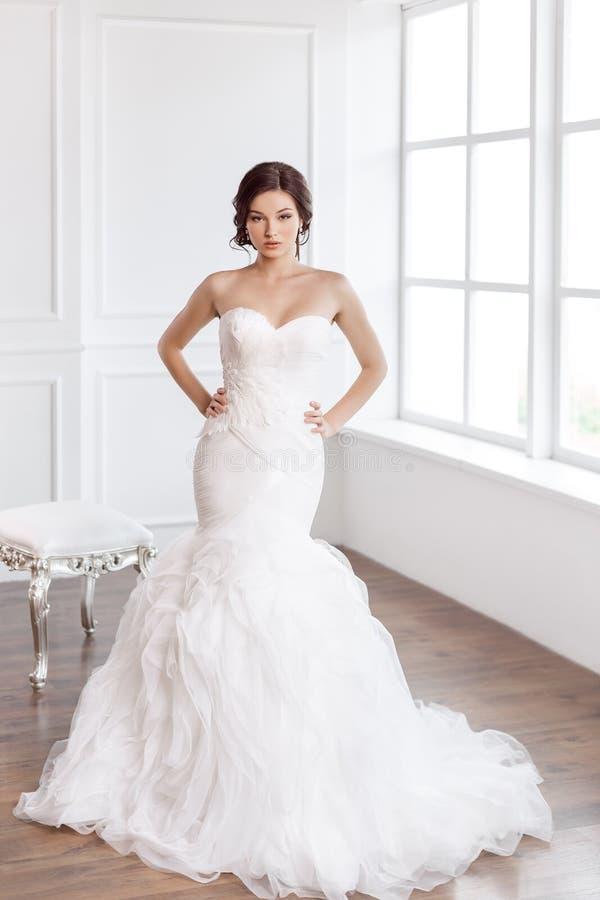 Novia hermosa Concepto de lujo del vestido de la moda del maquillaje del peinado de la boda fotos de archivo