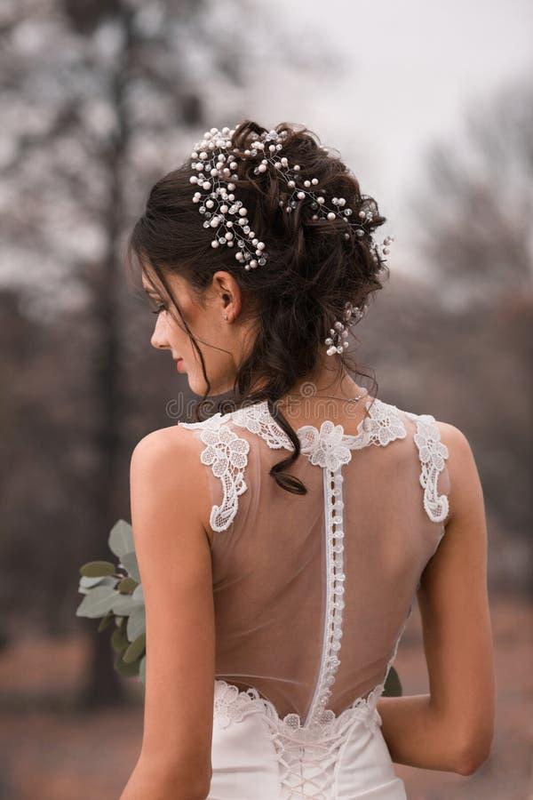 Novia hermosa El peinado de la boda y compone Novia bonita maravillosa con el ramo de la boda Retrato del primer de la novia boni fotos de archivo