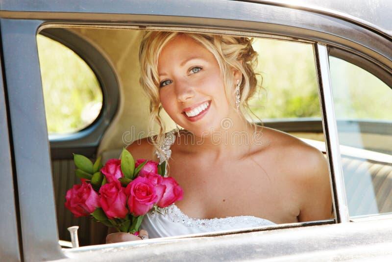 Novia hermosa en coche el día de boda imagenes de archivo