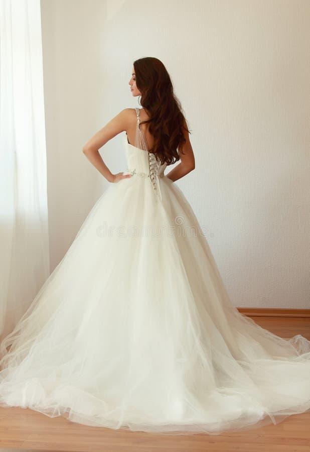 Novia hermosa en el mariage blanco del vestido de boda imagen de archivo libre de regalías
