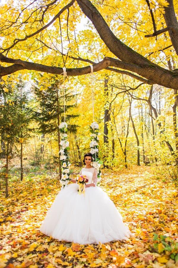 Novia hermosa en el parque del otoño imágenes de archivo libres de regalías