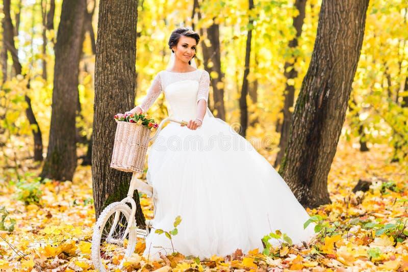 Novia hermosa en el parque del otoño foto de archivo