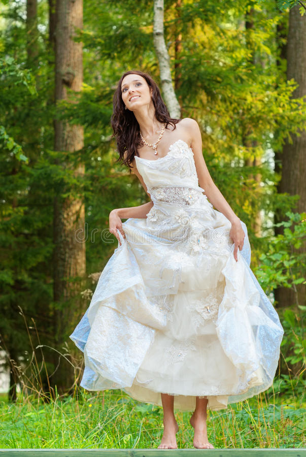Novia hermosa en la alineada de boda blanca imagenes de archivo