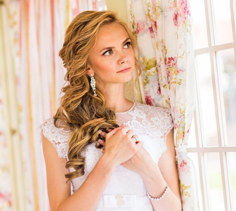 Novia hermosa en la alineada de boda blanca imágenes de archivo libres de regalías