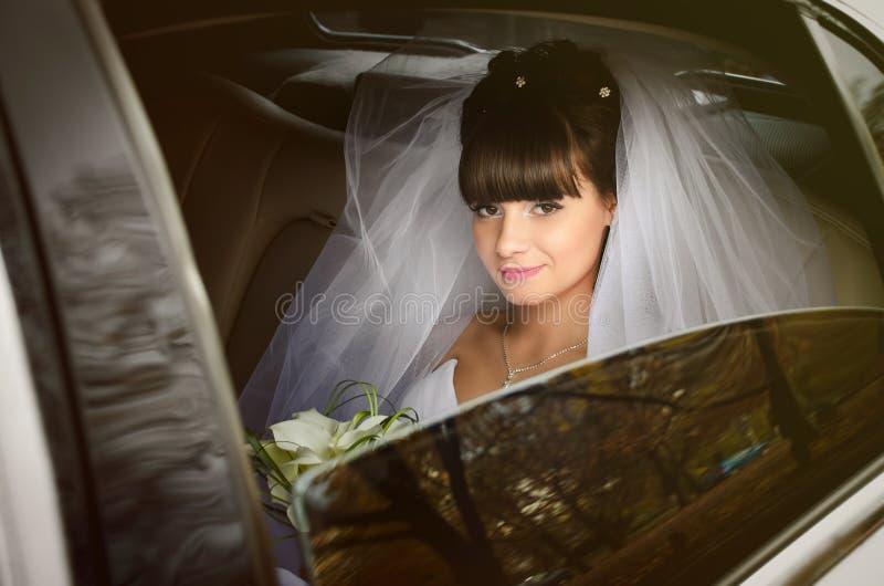 Novia hermosa en limusina de la boda foto de archivo libre de regalías