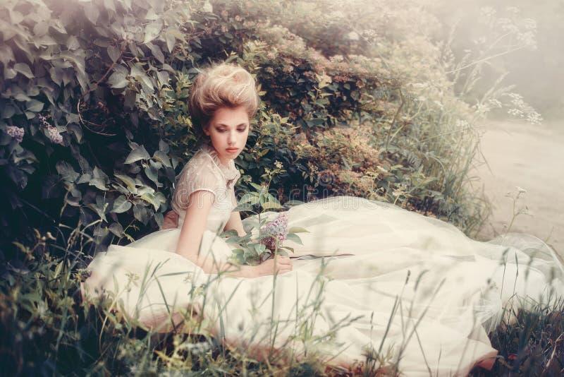 Novia hermosa en un estilo retro del vestido blanco fotografía de archivo