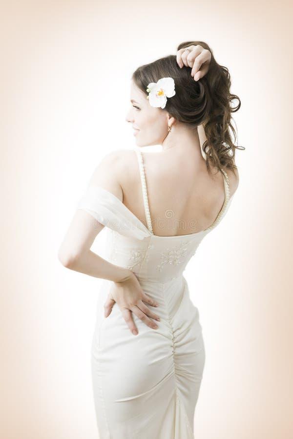 Novia hermosa en un vestido blanco imagen de archivo