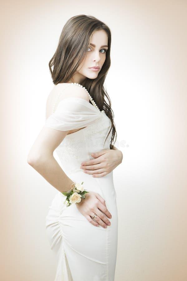 Novia hermosa en un vestido blanco fotos de archivo