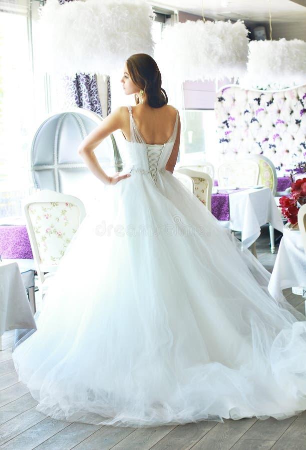 Novia hermosa en un vestido de boda blanco magnífico de Tulle con un corsé imágenes de archivo libres de regalías