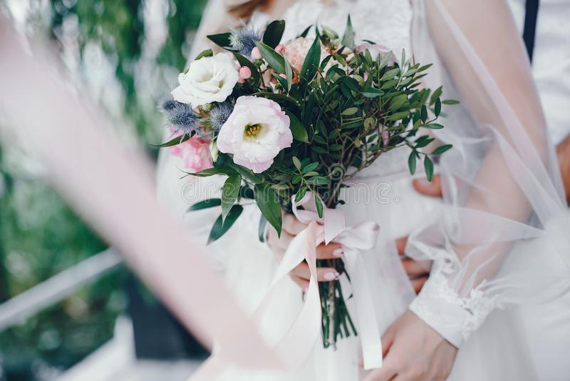 Novia hermosa en un vestido que se casa blanco largo fotos de archivo