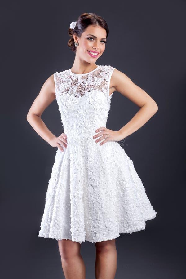 Novia hermosa en vestido de boda con el peinado y el maquillaje imágenes de archivo libres de regalías