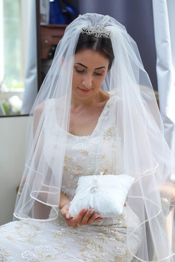 Novia hermosa en vestido de boda de la moda La novia joven imponente es incre?blemente feliz D?a de boda Una novia hermosa foto de archivo libre de regalías