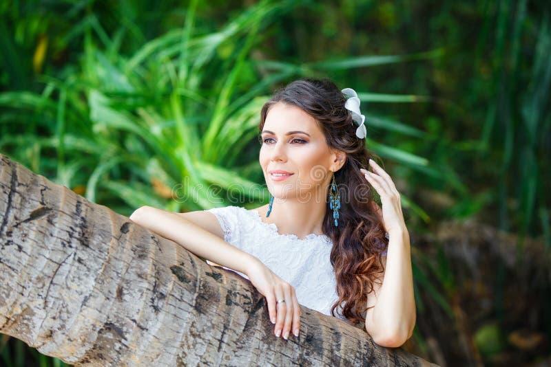 Novia hermosa joven del retrato del primer en una selva tropical encendido fotografía de archivo