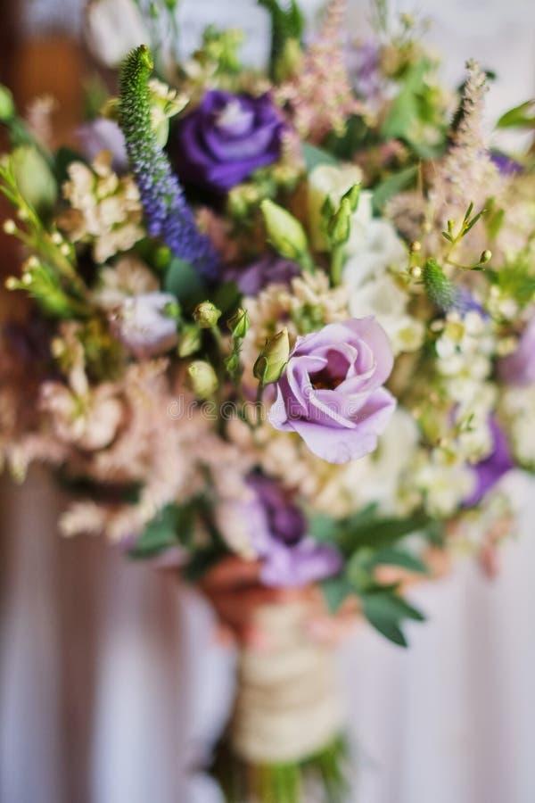 novia hermosa joven en el vestido blanco que celebra casarse el ramo, ramo de novia del tiempo pasado púrpura color de rosa, eust foto de archivo libre de regalías