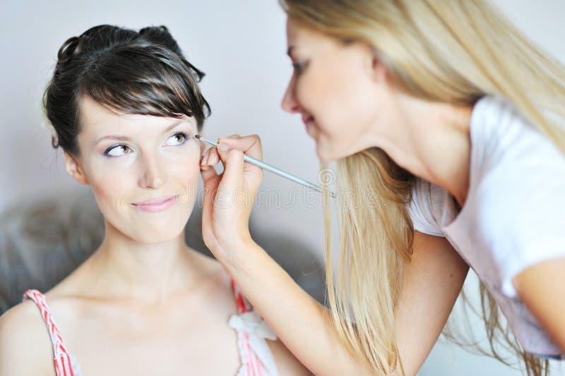 Novia hermosa joven que aplica maquillaje de la boda fotos de archivo libres de regalías