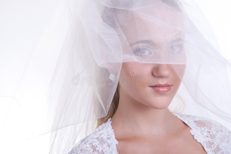 Novia hermosa joven que aplica maquillaje de la boda foto de archivo