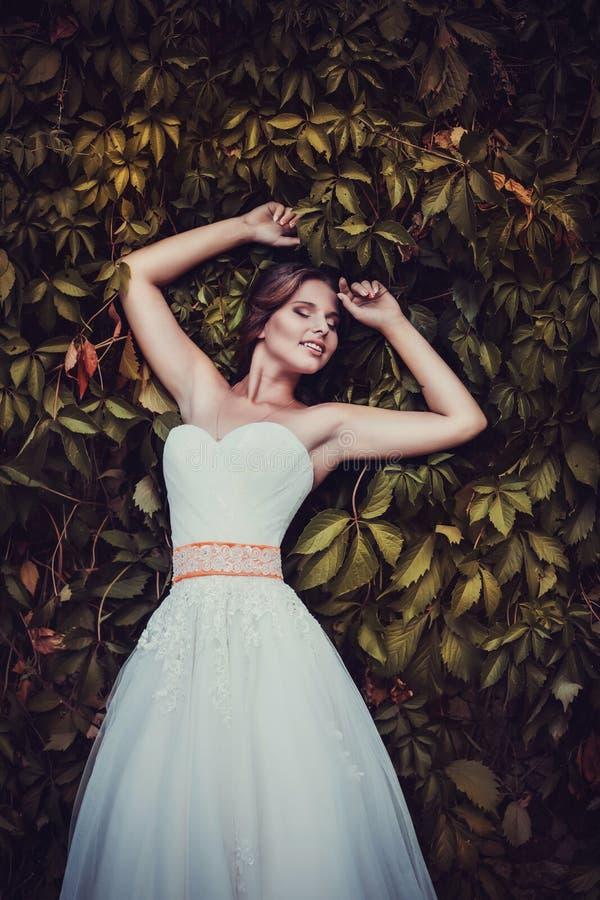 Novia hermosa que presenta en su día de boda foto de archivo