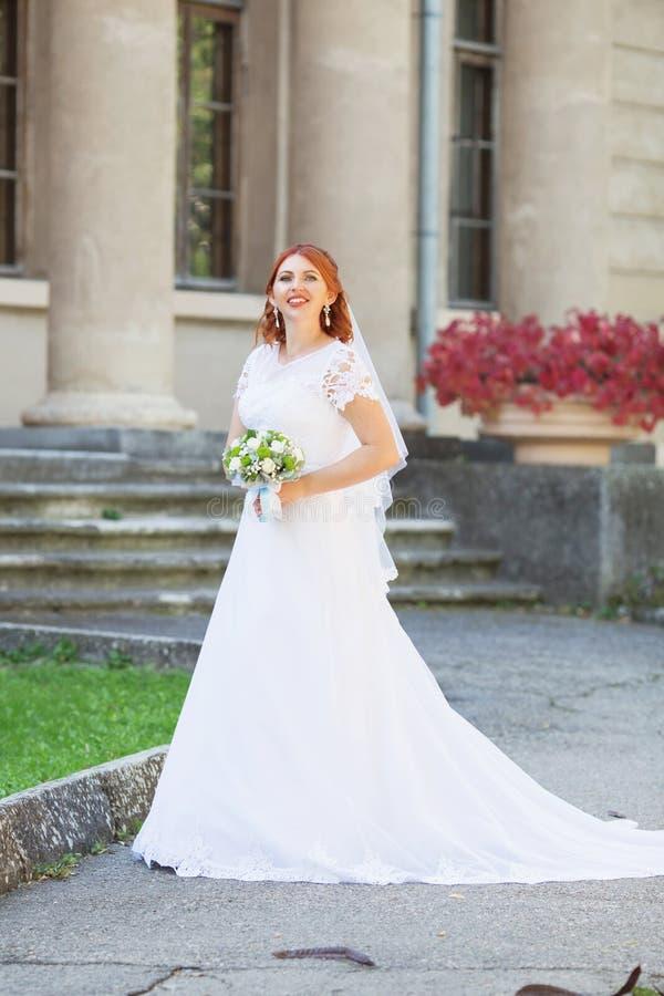 Novia hermosa que presenta en su día de boda fotos de archivo