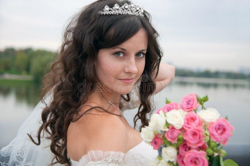 Novia hermosa que presenta en su día de boda fotografía de archivo libre de regalías