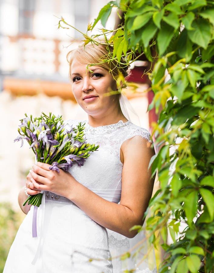 Novia hermosa que presenta en su día de boda fotografía de archivo