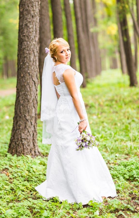 Novia hermosa que presenta en su día de boda imágenes de archivo libres de regalías
