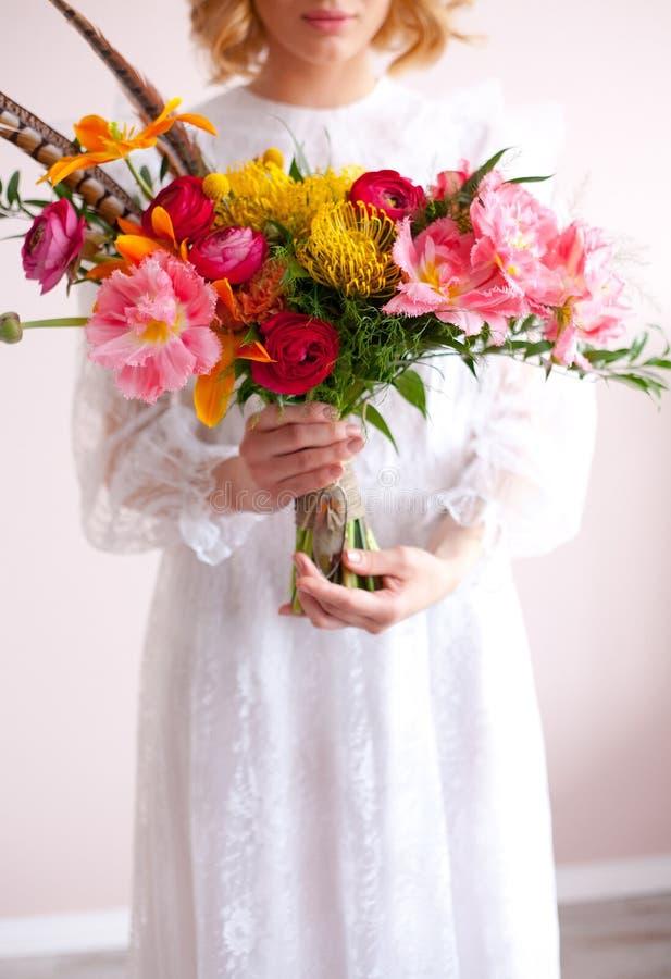 Novia hermosa que sostiene el ramo de la boda en manos fotos de archivo
