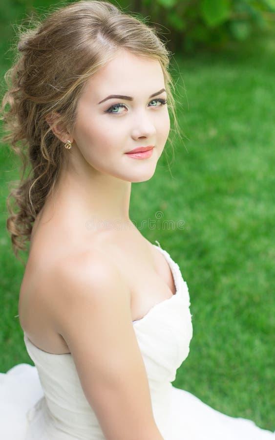 Novia hermosa rubia linda joven foto de archivo libre de regalías