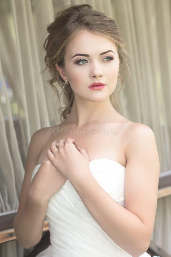 Novia hermosa rubia linda joven foto de archivo