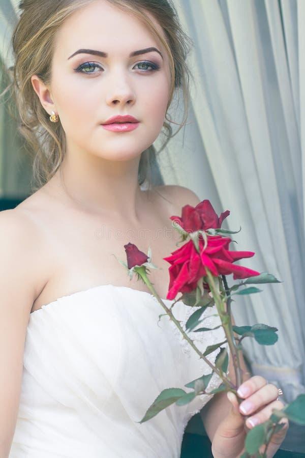 Novia hermosa rubia linda joven fotografía de archivo