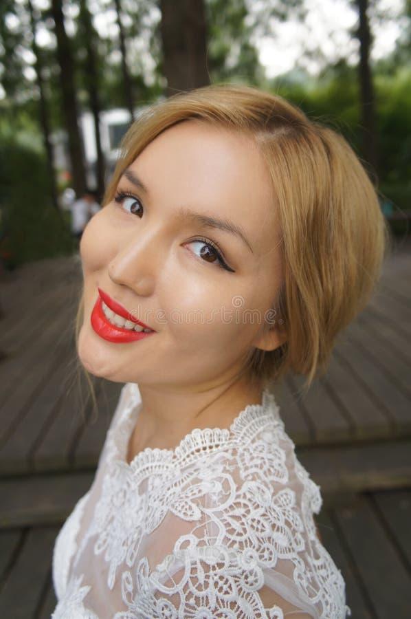 Novia hermosa sonriente en un vestido de boda fotografía de archivo