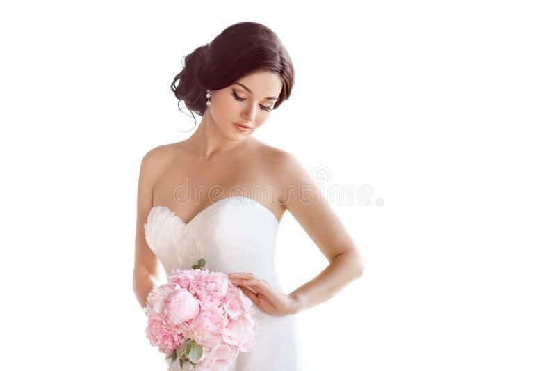 Novia hermosa Vestido de la moda del maquillaje del peinado de la boda y ramo de lujo de flores foto de archivo libre de regalías