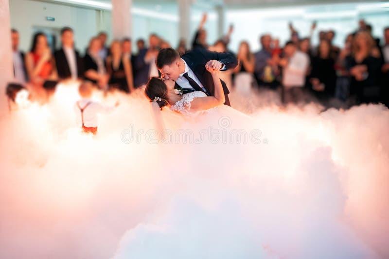 Novia hermosa y novio hermoso que bailan primero danza en el banquete de boda imagenes de archivo