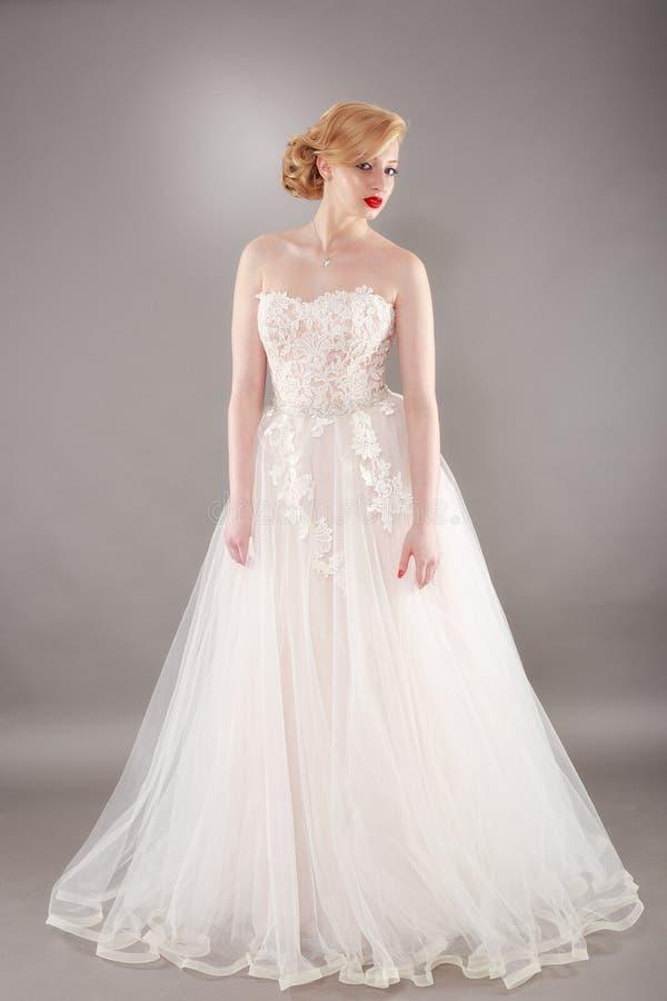Novia hermosa y vestido de boda hermoso foto de archivo