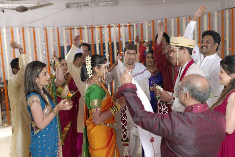 Novia hindú india que mira al novio y que intercambia la guirnalda en la boda del maharashtra imagen de archivo libre de regalías