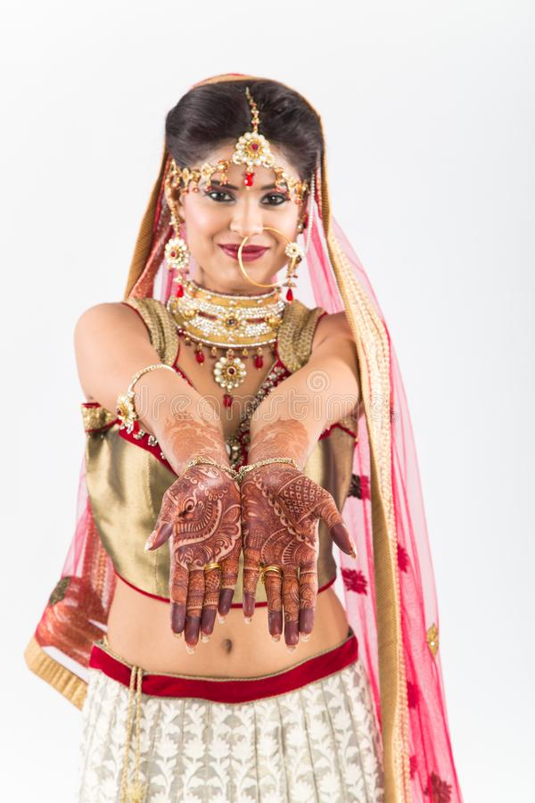 Novia india de Beuatiful con las manos o la alheña de Mehendi fotografía de archivo libre de regalías