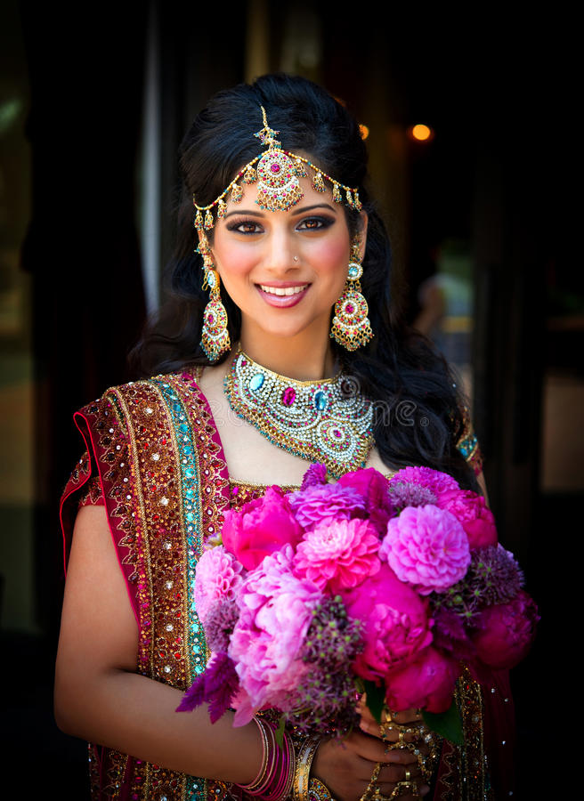 Novia india sonriente con el ramo fotos de archivo libres de regalías