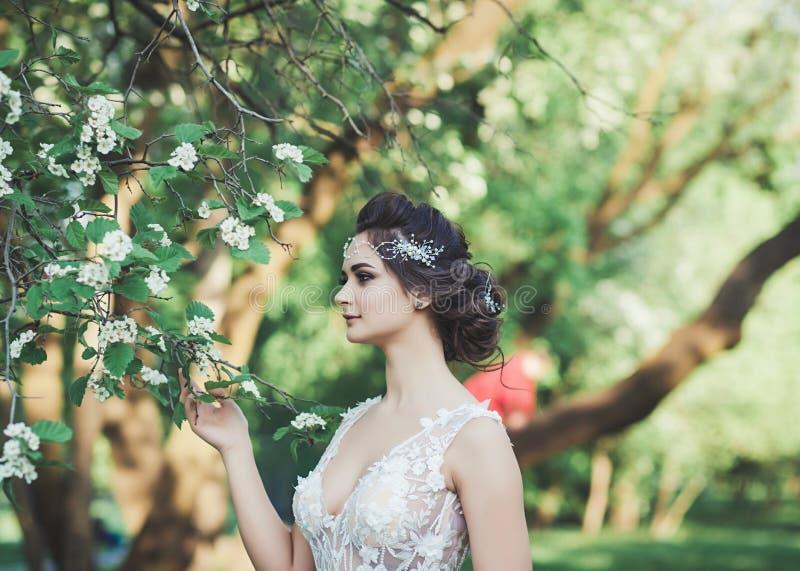 Novia joven con casarse maquillaje fotografía de archivo libre de regalías
