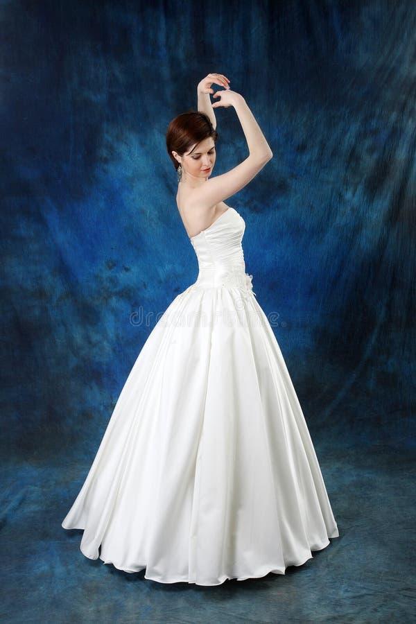 Novia joven en vestido nupcial clásico largo fotos de archivo