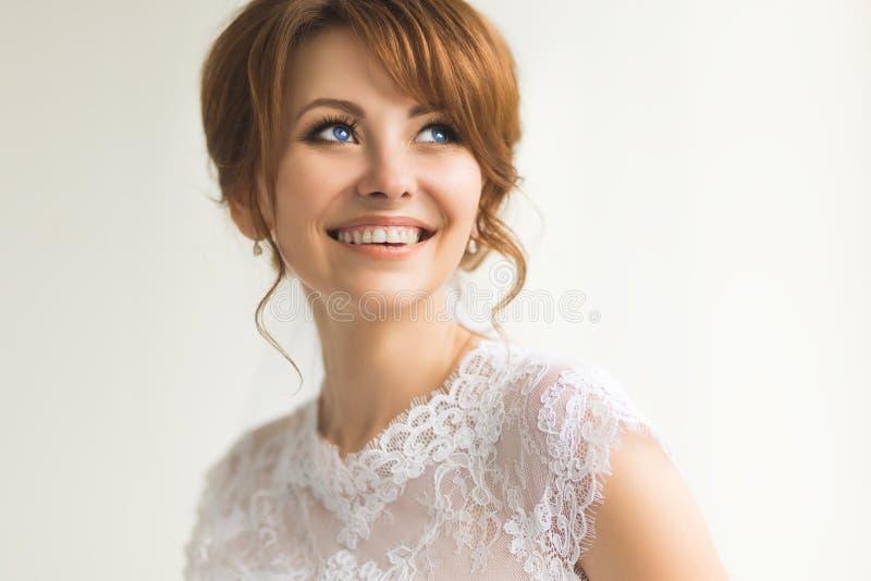 Novia joven hermosa con maquillaje de la boda fotografía de archivo libre de regalías