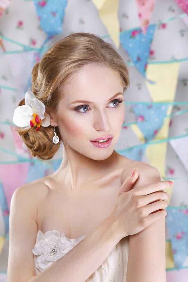 Novia joven hermosa con maquillaje de la boda y peinado en dormitorio fotos de archivo libres de regalías