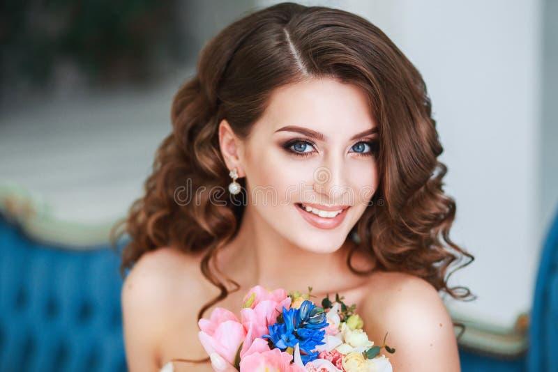 Novia joven hermosa con maquillaje de la boda y peinado interior Retrato del primer de la novia magnífica joven en estudio imagen de archivo libre de regalías