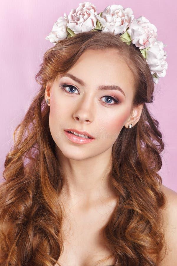 Novia joven hermosa con un ornamento floral en su pelo Mujer hermosa que toca su cara Concepto del cuidado de la juventud y de pi fotos de archivo