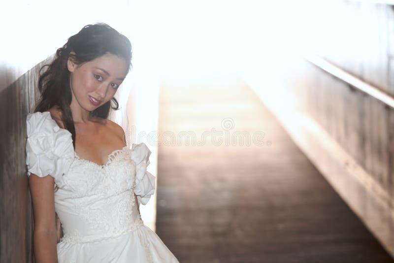 Novia joven hermosa en su día de boda imagenes de archivo