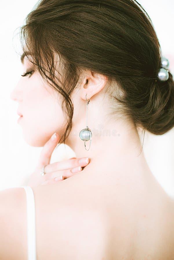 Novia joven hermosa en un vestido blanco en el sal?n en el fondo de otros vestidos imagen de archivo libre de regalías