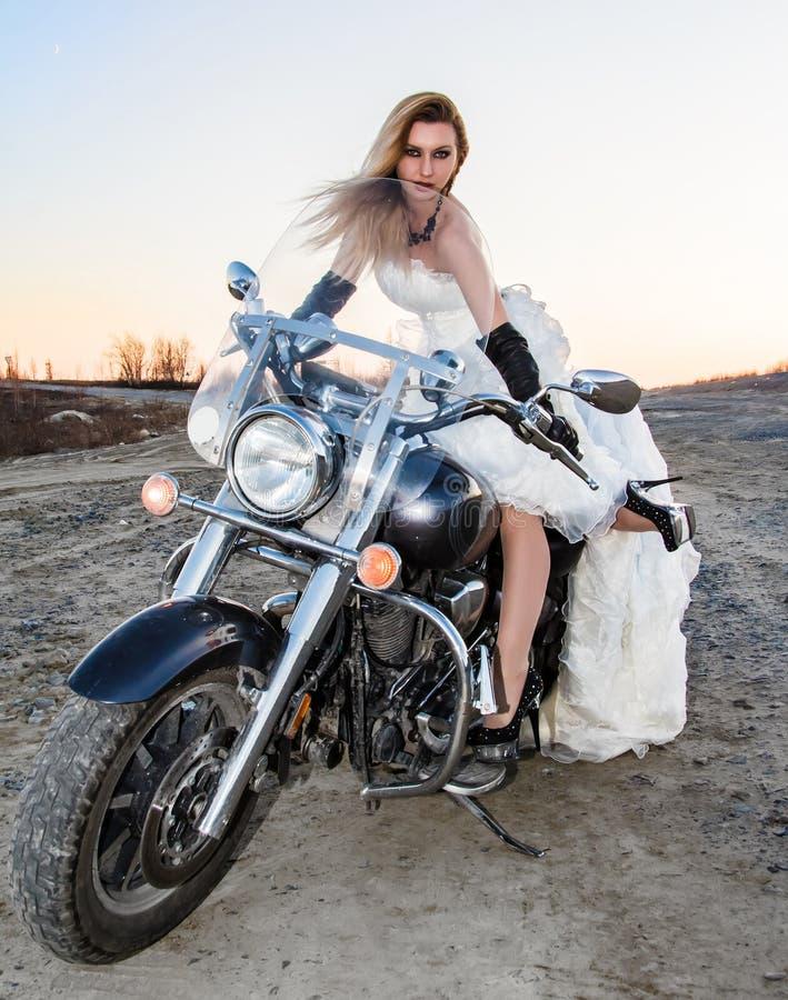 Novia joven hermosa en una bici fotografía de archivo