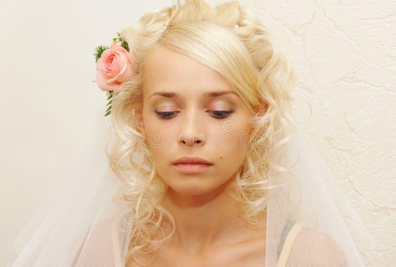 Novia joven que hace maquillaje fotos de archivo libres de regalías
