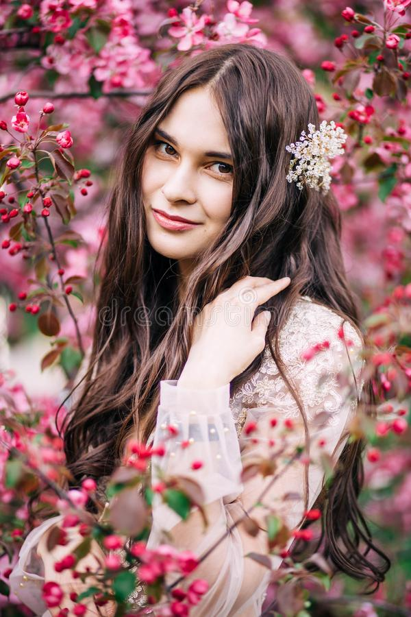 Novia linda hermosa de la muchacha en vestido transparente del cordón del gabinete de señora, con la decoración en el pelo, sonri imagen de archivo