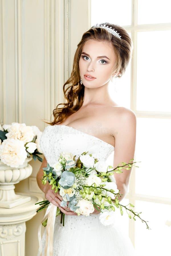 Novia magnífica en vestido de boda de lujo Novia imagen de archivo libre de regalías