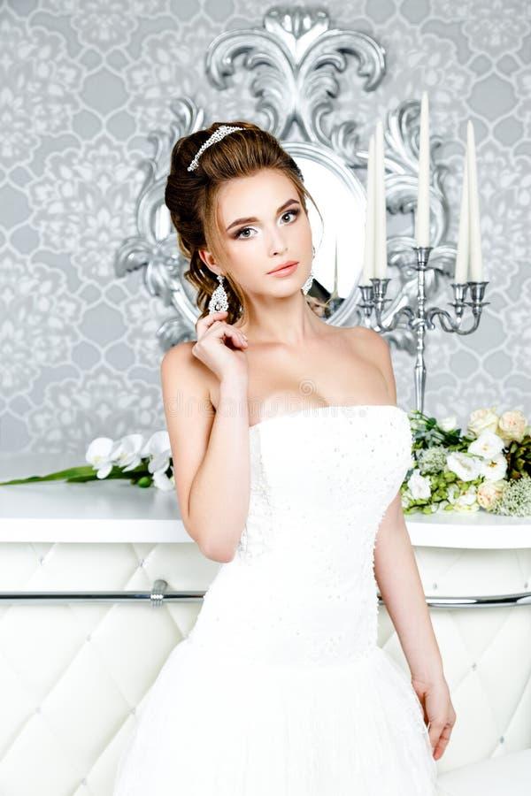 Novia magnífica en vestido de boda de lujo Novia foto de archivo