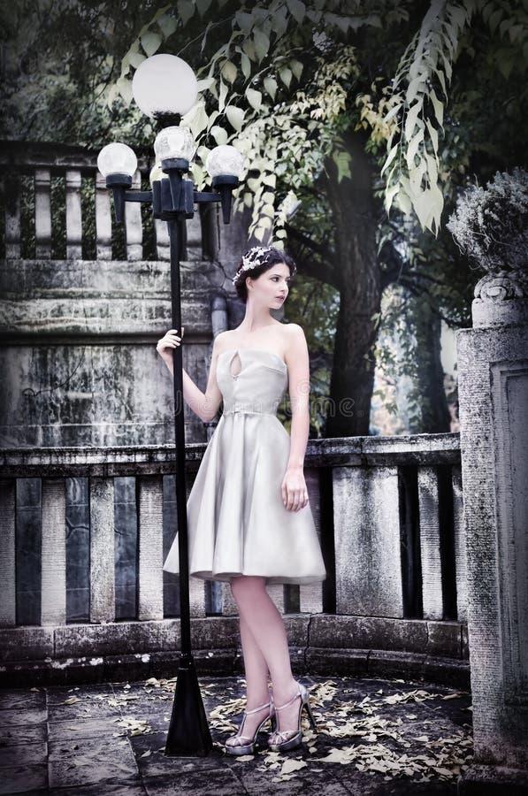 Novia moderna en el parque foto de archivo